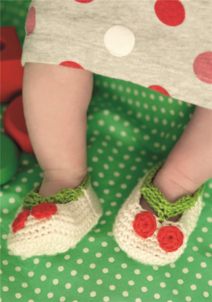 我喜欢手工已经很多年了。小时候,外祖母教会了我钩织,稍后,妈妈教会了我编织。有一段时间我放弃了钩织,专心编织。当我成为母亲后,觉得有了更多的时间,比以往更热爱手工了。就是在那时,我又捡起了钩针。从此就再也放不下来了。毋庸置疑,钩织是会上瘾的,在宝宝的衣物方面钩织大有用武之地。钩织的所有作品,都是由钩针钩出的线圈形成的,所以,即使落到了那些闲不住的小手中,也不会损毁严重。另一个长处是钩出来的东西比编织的更结实,对忙碌的妈妈来说是额外的福利。   我一直喜欢自己设计款式。我开始在网上分享自己的作品,很多人都很