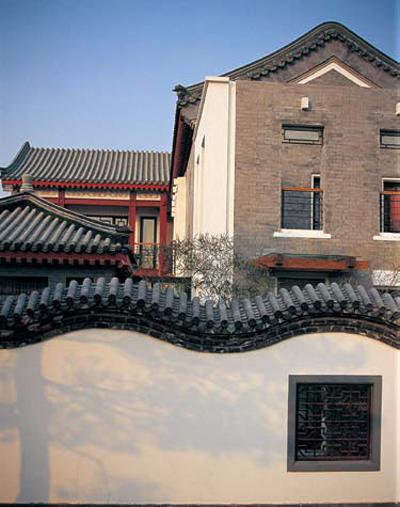门头,抱鼓石,花窗,灯饰,木作,屋檐等传统住宅的经典符号,彰显了中式